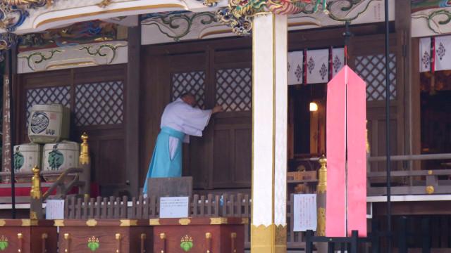 宝登山神社 扉を閉める