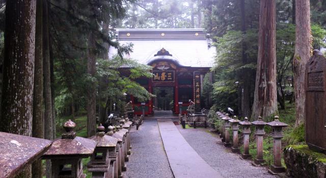三峯神社 楼門 随身門へ